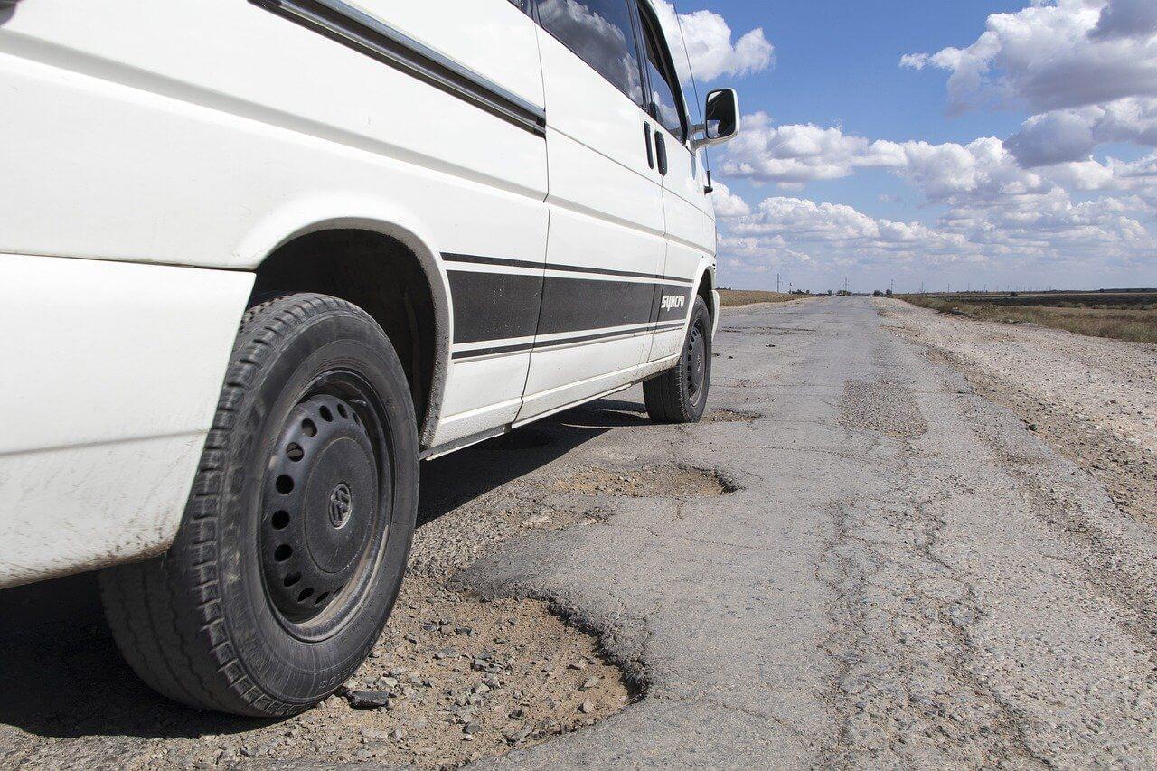 Dziura W Drodze – Gdzie Zgłosić Uszkodzenie Samochodu I Jak Uzyskać Odszkodowanie Od Zarządcy Drogi?